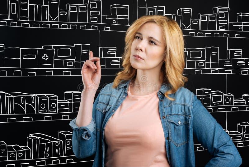 Standign réfléchi de femme dans une pharmacie image stock