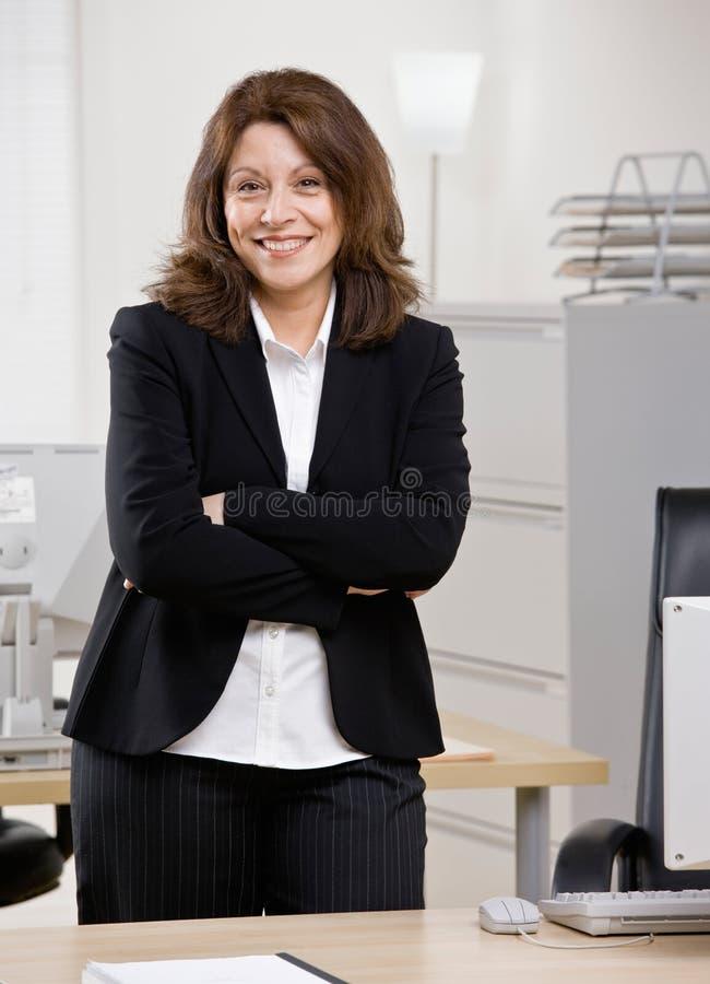 standing för affärskvinnaskrivbordkontor royaltyfria foton