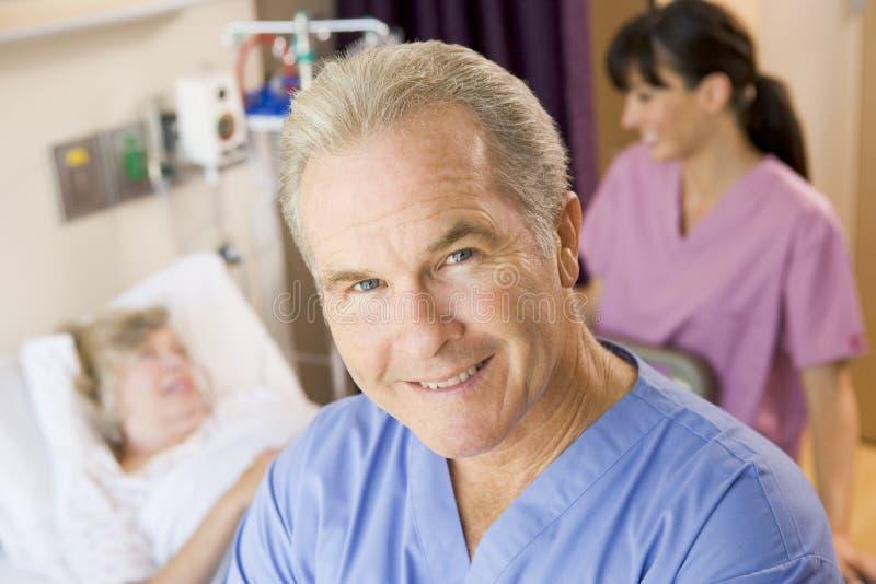 standing för lokal för doktorssjuksköterskatålmodig arkivfoto