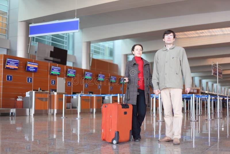 standing för man för flygplatsflickakorridor arkivbild
