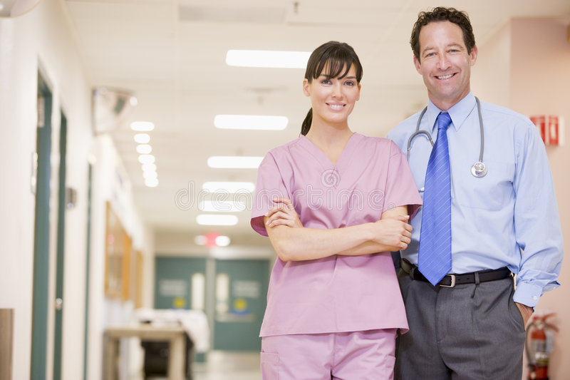 standing för sjuksköterska för korridordoktorssjukhus arkivbilder