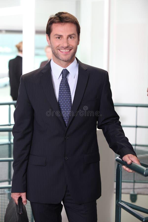 standing för kontor för affärsman royaltyfria bilder