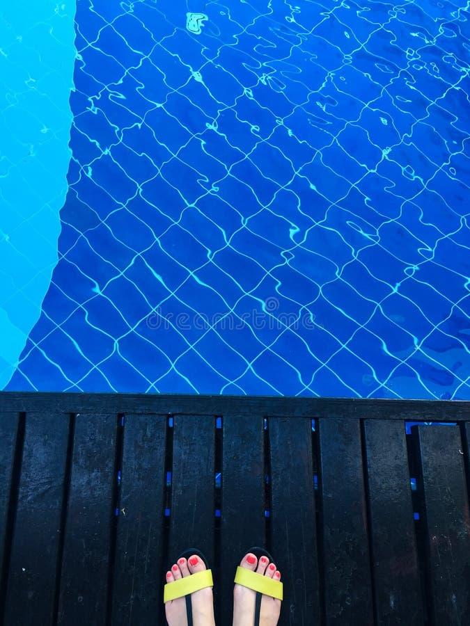 Stando alla piscina fotografia stock libera da diritti
