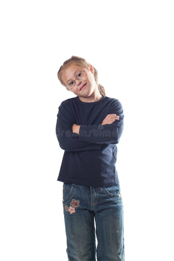 Stando con le sue mani ha attraversato sui suoi jeans d'uso della ragazza del petto fotografie stock libere da diritti