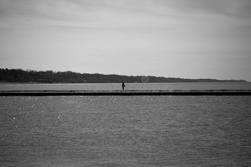 Stando nella pesca di solitudine fotografia stock libera da diritti