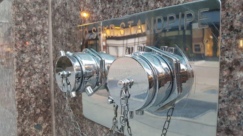 Standpipe instalado na fachada da construção imagem de stock