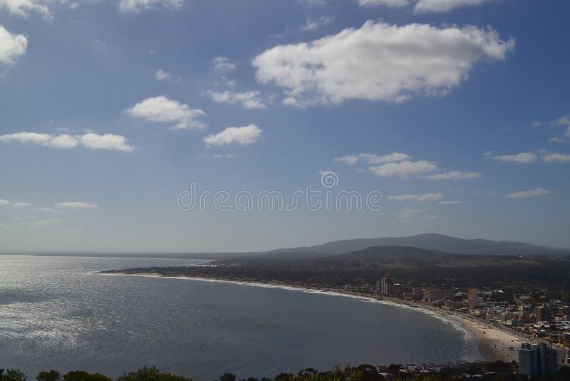 Standpunkt auf dem Berg, der das Meer übersieht stockbild