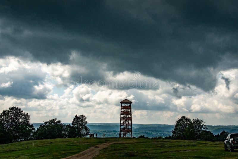Standpunkt auf dem Hügel vor dem Sturm fangen an lizenzfreie stockfotos