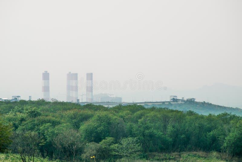 Standpunkt auf Gebirgsdem schauen sehen Moh-Kohleenergieanlage in Lampang, stockfotos