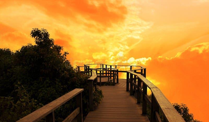 Standpunkt Inthanon-Schattenbild bei Sonnenuntergang lizenzfreie stockfotografie