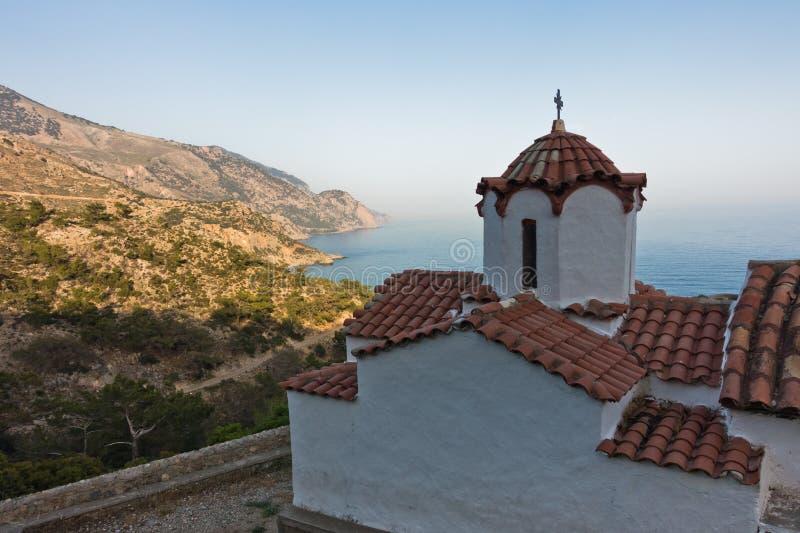 Standpunkt von StCatherine-Kirche auf einem Wanderweg nahe Lissos-Schlucht zu einer Küstenlinie über Sougia-Bucht bei Sonnenunter lizenzfreie stockfotos