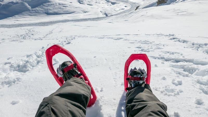 Standpuntbeeld van de mens in sneeuwschoenen die aan exploratie voorbereidingen treffen stock afbeelding