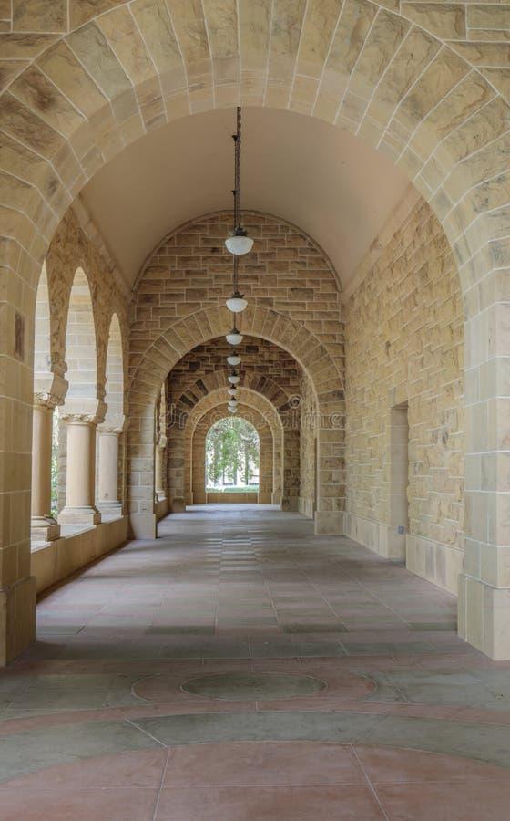 Stanford, California - 19 marzo 2018: Corridoio esteriore della colonnato della costruzione del campus universitario di Standord immagini stock libere da diritti