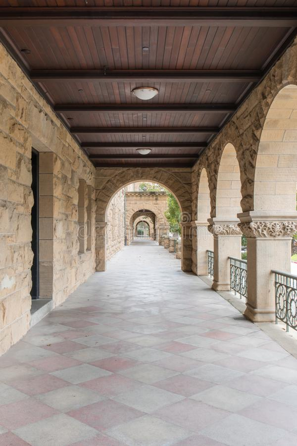 Stanford Kalifornien - mars 19, 2018: Yttre kolonnadhall av Standord universitetsområdebyggnad royaltyfri foto