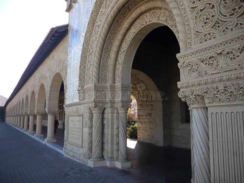 Stanford University: arcada de arcos con los detalles de piedra tallados fotos de archivo