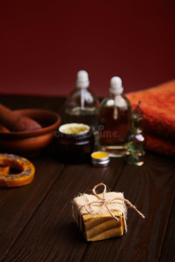 Stange der handgemachten Seife auf dunklem hölzernem Hintergrund Natürliches kosmetisches Öl, Creme und natürliches handgemachtes stockfotografie