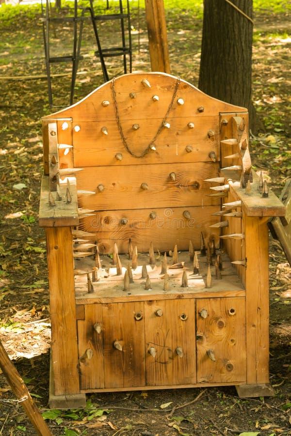 Stangen-Stuhlreplik der mittelalterlichen Folterung hölzerne angezeigt in Ploiesti, Rumänien am mittelalterlichen Festival lizenzfreie stockfotos