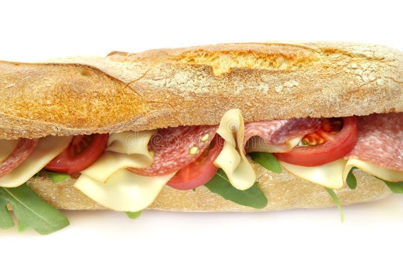 Stangenbrot mit Salami und Käse lizenzfreie stockfotografie