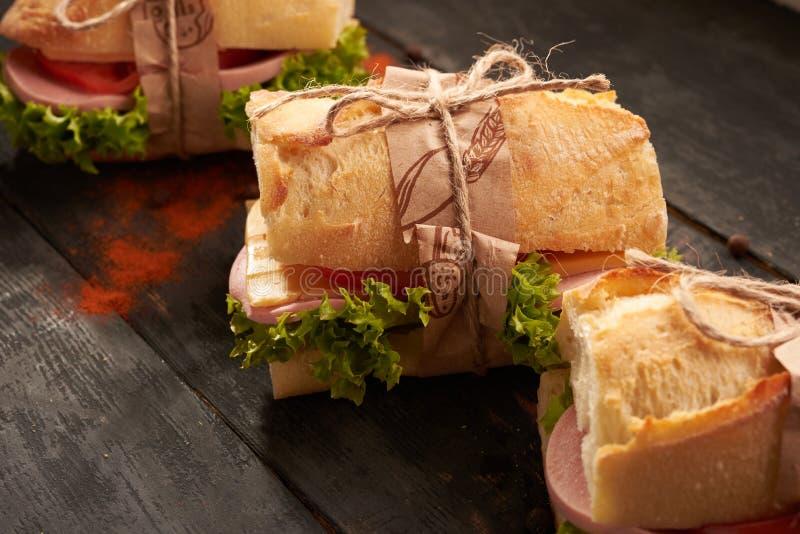 Stangenbrot-Sandwiche auf dem Tisch stockfoto