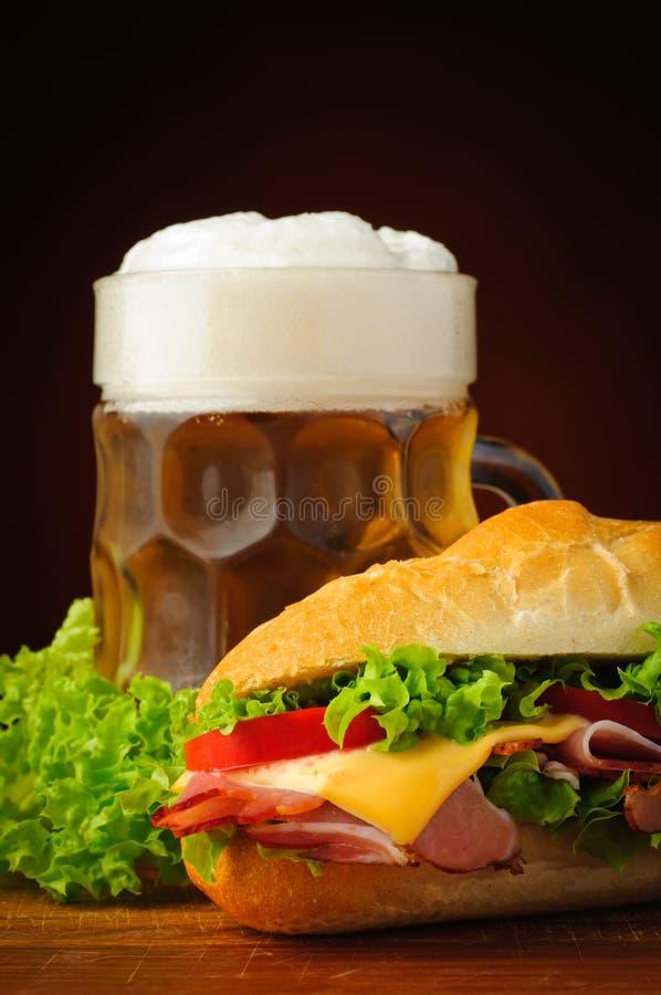 Stangenbrotsandwich und -bier lizenzfreies stockbild