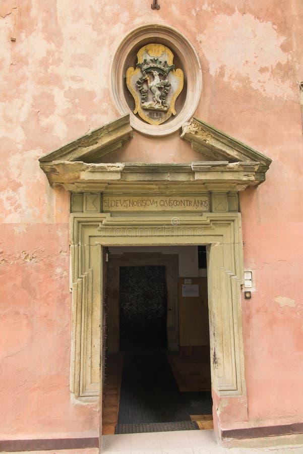 Staniatki in Polonia del sud, convento storico, suore dell'abbazia del benedettino - ingresso immagini stock libere da diritti