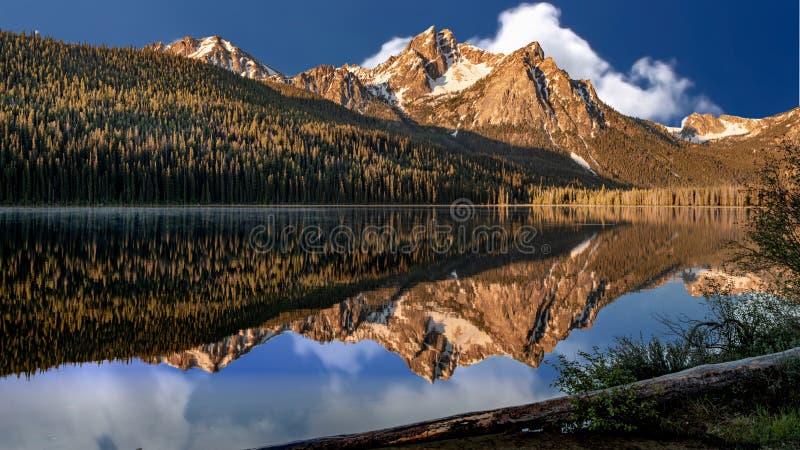 Stanley Lake bonito em Idaho com reflexão do pico de McGown fotografia de stock royalty free
