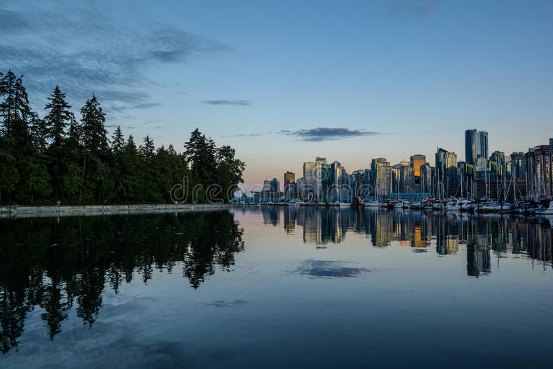 Stanley Park i aftonen, härlig sikt av Vancouver royaltyfri foto