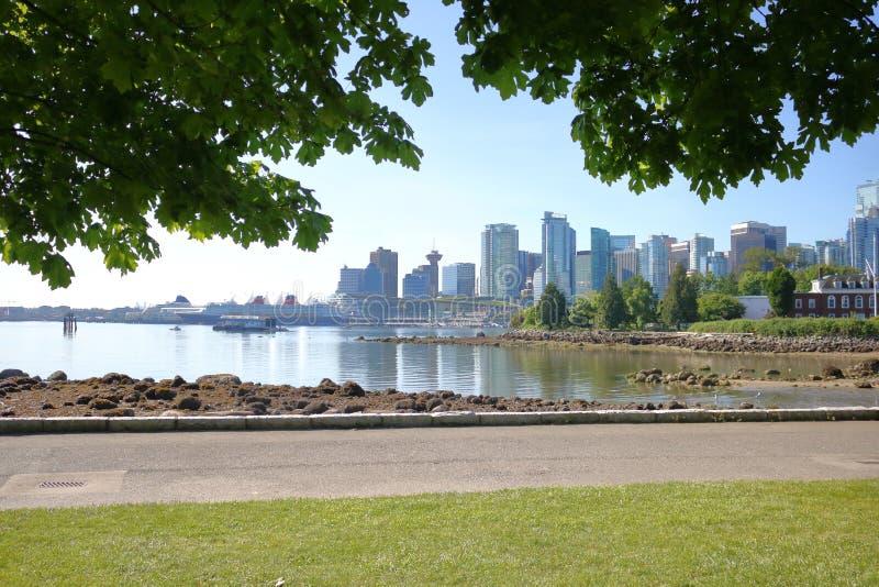 Stanley Park Seawall e Vancouver del centro fotografia stock libera da diritti