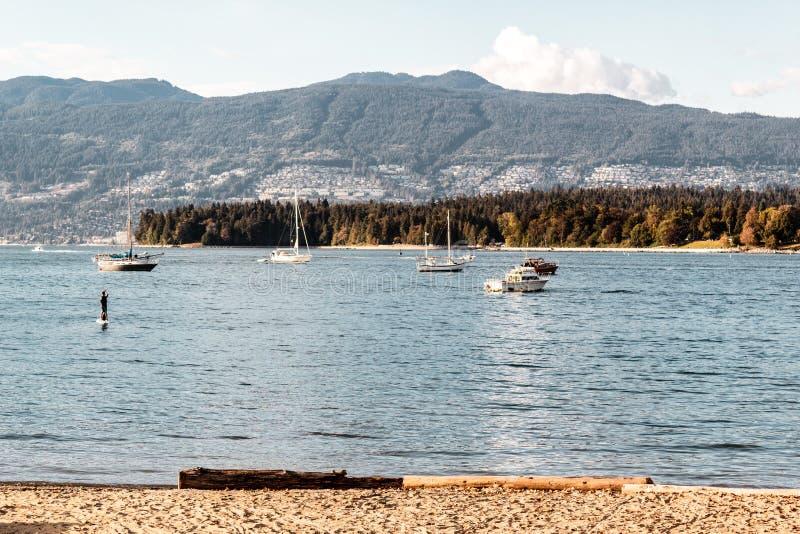 Stanley Park und West-Vancouver-Ansicht von Kitsilano setzen in Van auf den Strand stockfotografie