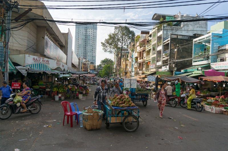 Stanna försäljare på Cho Xom Chieu den lokala marknaden i HCMC i Vietnam fotografering för bildbyråer