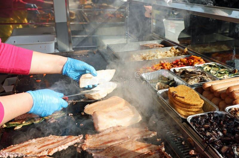 stanna med gatamat och en smörgås på den varma plattan fotografering för bildbyråer