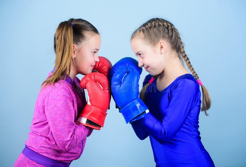 stansa knockout Barndomaktivitet Kondition bantar energihälsa genomkörare av den lilla flickaboxaren i sportswear sport royaltyfri bild