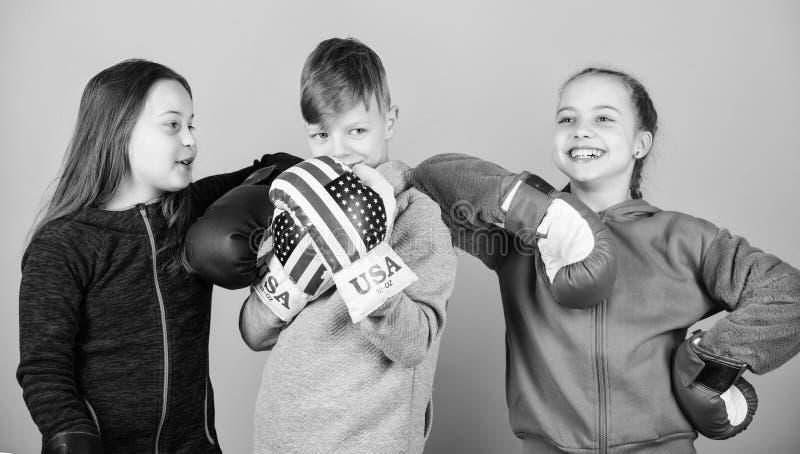 stansa knockout Barndomaktivitet Sportframg?ng Lagkamp genomk?rare av den lilla flickor och pojkeboxaren i sportswear royaltyfri foto