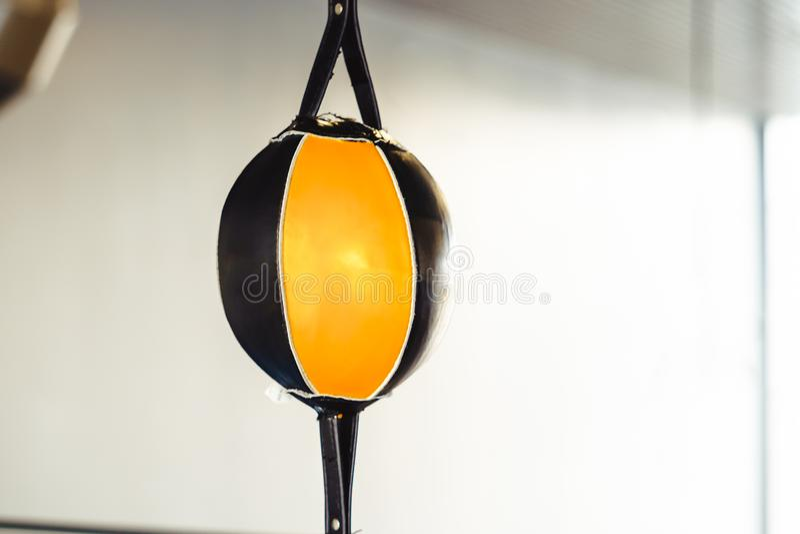 Stansa påsen som hänger i idrottshallen royaltyfri fotografi