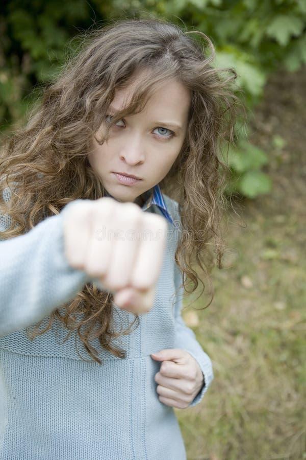 stansande barn för aggressiv attraktiv kvinnlig arkivfoton