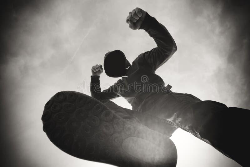 Stansas och rånat av den aggressiva våldsamma mannen på gatan arkivfoton