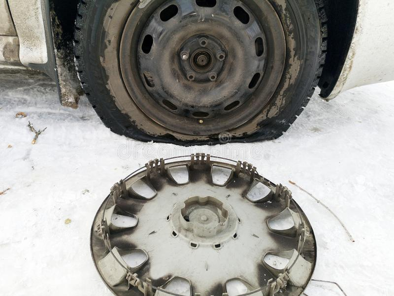 Stansat och plant gummihjul på vägen Utbytning av hjulet med en stålar vid chauffören royaltyfria foton