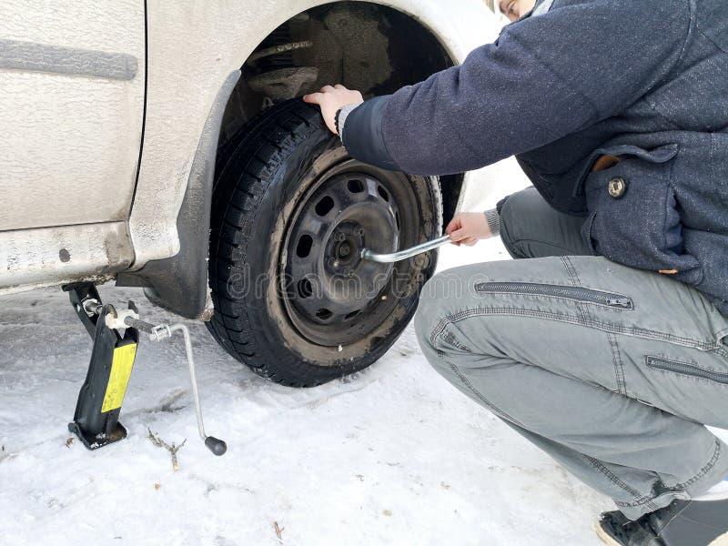 Stansat och plant gummihjul på vägen Utbytning av hjulet med en stålar vid chauffören fotografering för bildbyråer