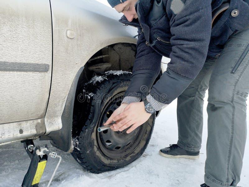 Stansat och plant gummihjul på vägen Utbytning av hjulet med en stålar vid chauffören arkivbilder
