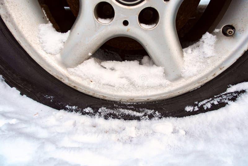 Stansat rulla i vinter gummihjul utan luft arkivbild
