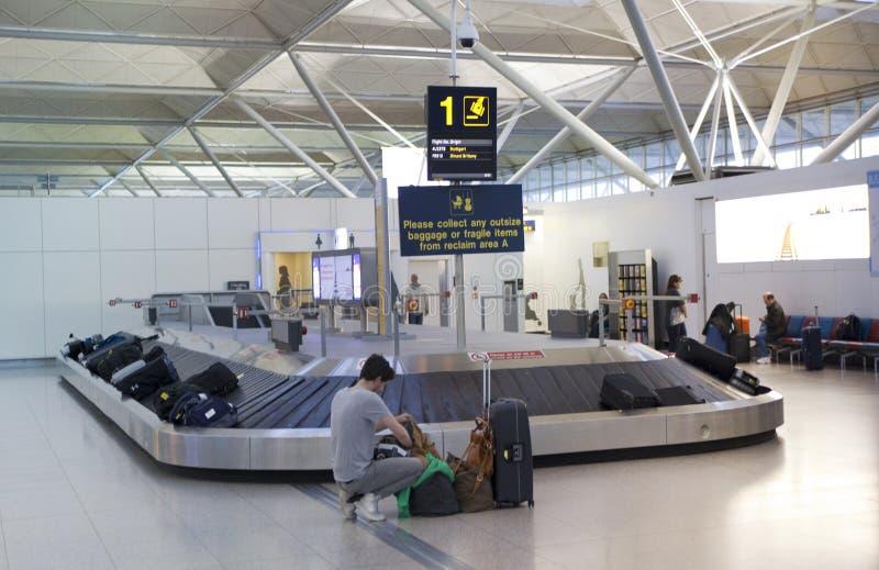 Stansted flygplats, väntande område för bagage royaltyfri foto