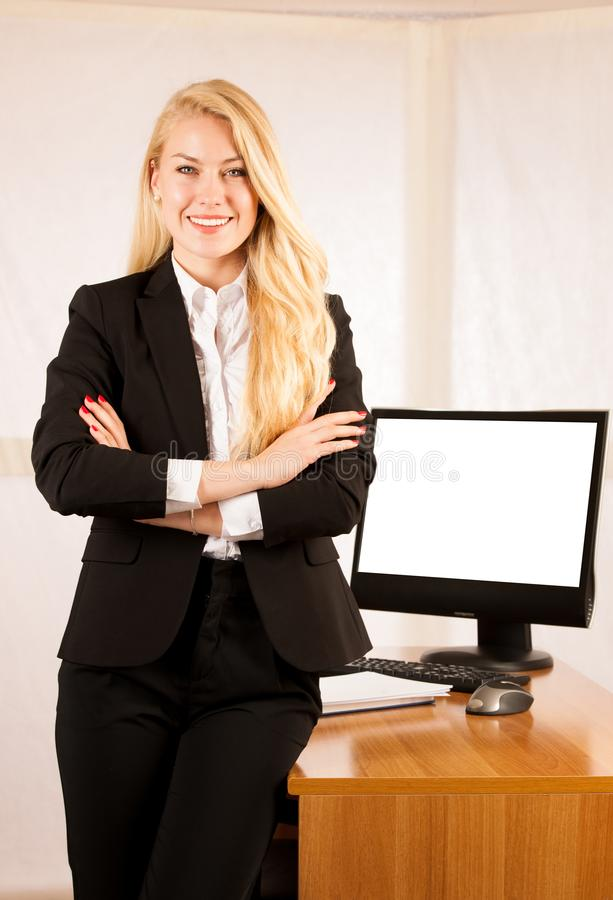 Stantd sicuro della donna di affari nell'ufficio fotografia stock