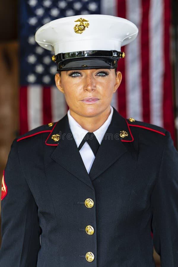 Stany Zjednoczone Żeński żołnierz piechoty morskiej Pozuje W wojskowym uniformu zdjęcie stock