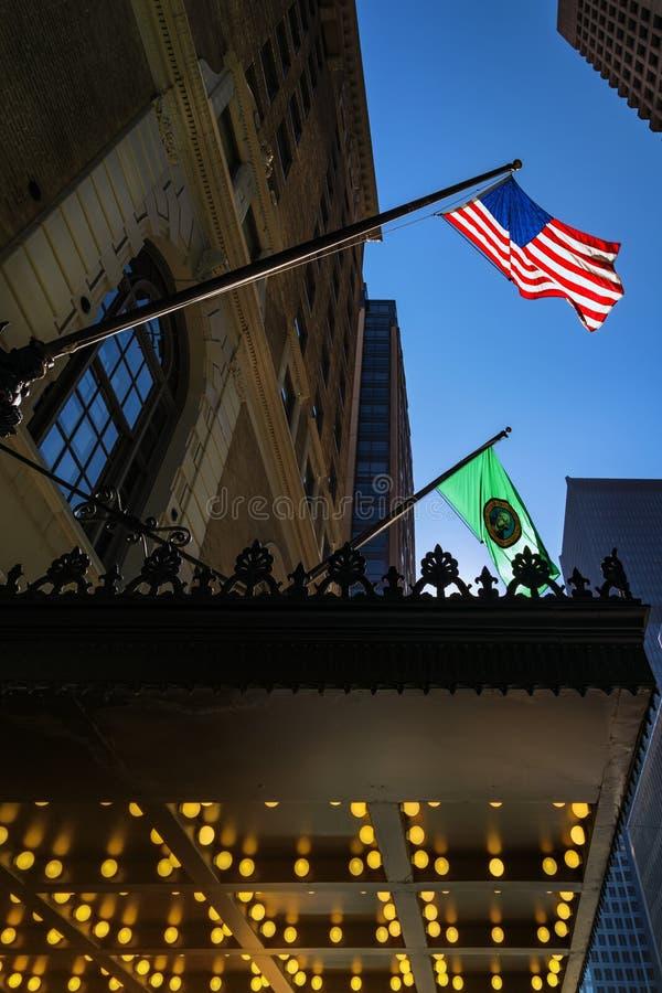 Stany Zjednoczone Ameryki i Waszyngton — flaga stanu pływającego w powietrzu Seattle śródtown, Waszyngton, Stany Zjednoczone Amer zdjęcie royalty free