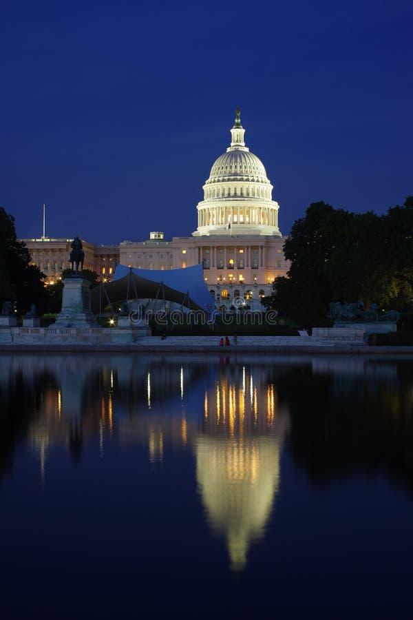 Stany Zjednoczone Capitol i swój odbicie przy nocą - washington dc fotografia royalty free