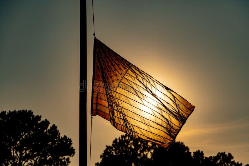 Stany Zjednoczone flaga macha w wiatrze przy połówka masztem obraz stock