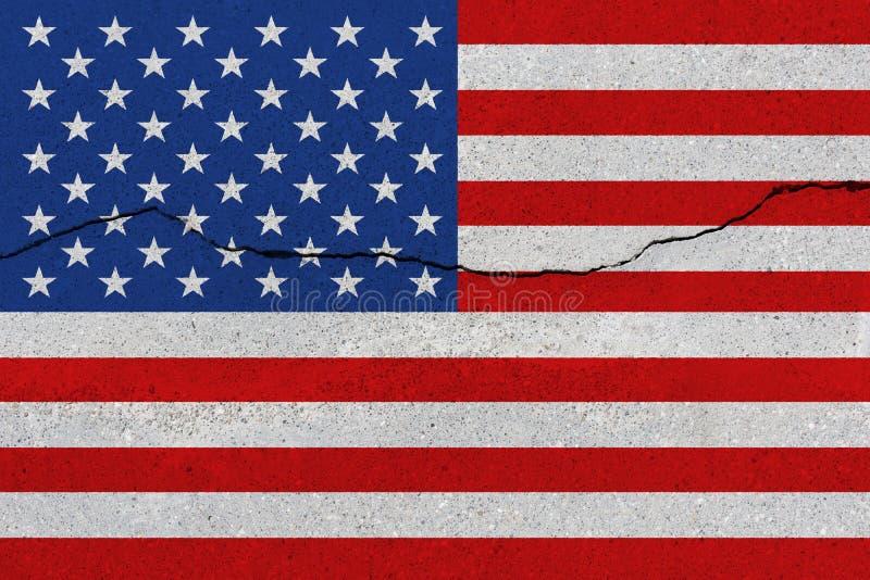 Stany Zjednoczone flaga na betonowej ścianie z pęknięciem zdjęcie stock
