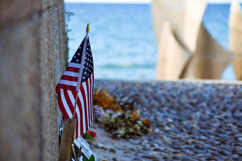 Stany Zjednoczone i kanadyjczyka flagi kwiaty i przedmioty ku pamięci spadać w Normandy lądowaniu, zdjęcia stock
