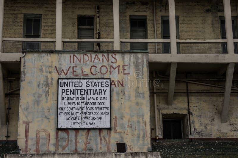 Stany Zjednoczone penitencjarii szyldowy i Zewnętrzny widok Alcatraz więzienie, Kalifornia, usa obrazy stock