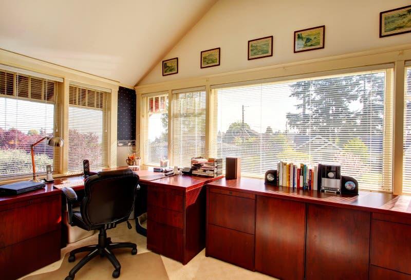 Stanza accogliente dell'ufficio dell'avorio con i cabines di legno di stoccaggio della ciliegia fotografie stock libere da diritti